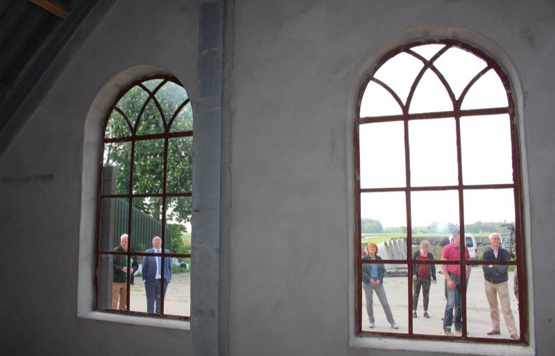 De ramen in de herstelde gevel van het melkveebedrijf van Fibo Zomerman.