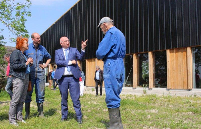 Gedeputeerde Henk Staghouwer in gesprek met Erwin en Harm Westers.