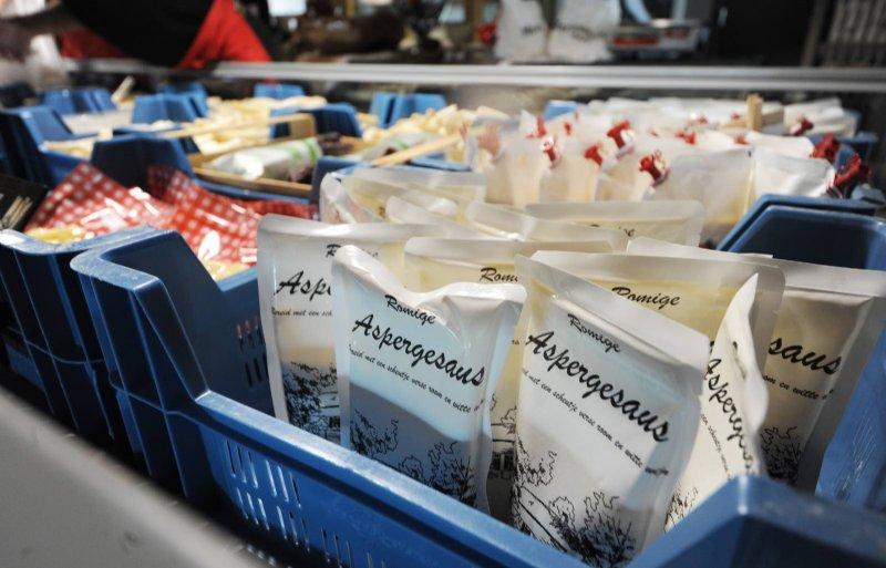 Traditiegetrouw worden bij Martens Asperges de laatste asperges gestoken op 24 juni.