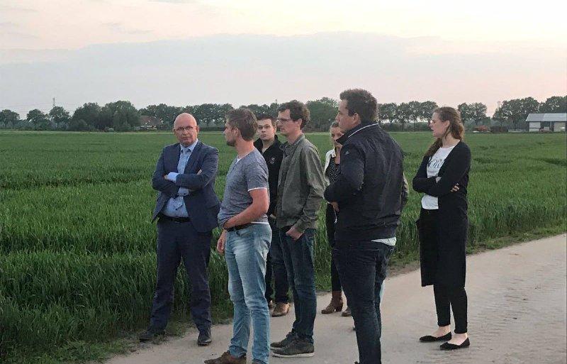 Gedeputeerde Henk Staghouwer in overleg met de GrAJK.