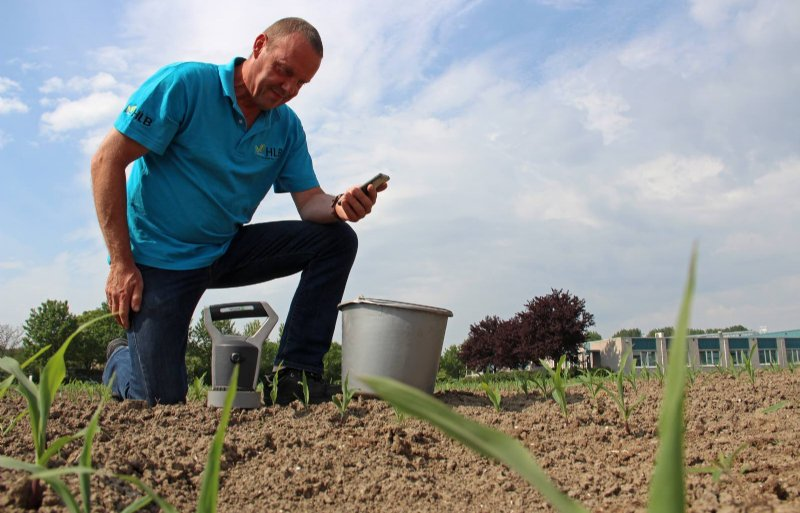 Teeltadviseur Geert Horlings van het HLB demonstreert de draagbare bodemscanner.