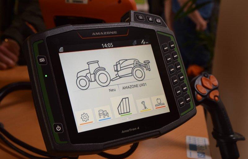 Het nieuwe AmaTron 4 Isobus-touchscreen is 8 inch groot en kan ook isobus-machines van andere fabrikanten aansturen.