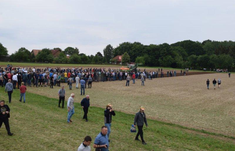 Nadat de Amazone-machines in de machinering aan het publiek zijn getoond, is het tijd voor een kleine demonstratie in het veld.