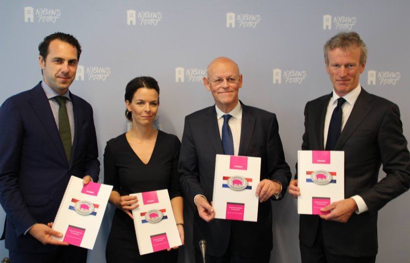 Ingrid Jansen en Uri Rosenthal (midden) van de coalitie Vitalisering Varkenshouderij.