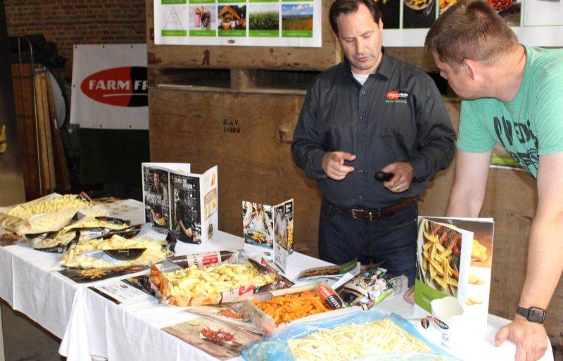 Micha van den Nieuwenhuijzen geeft uitleg bij de fritesconcepten van Farm Frites.