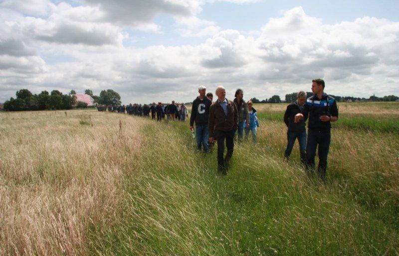 Agrarisch natuurbeheerder Siebe Bruinsma (rechts) in gesprek met Wetterskipbestuurder Jan van Weperen tijdens een werkbezoek van Statenleden.