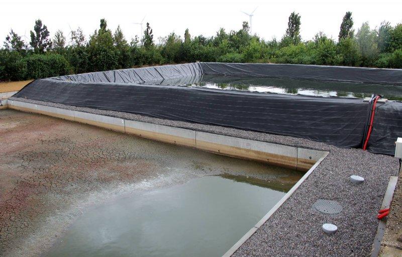Het slib slaat De Kubbe op in het voorste bassin. In het achterste het water.