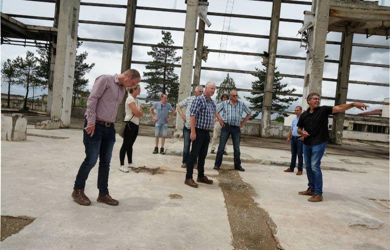 Minne Lettinga van Frisian Investors leidt een groep Nederlandse akkerbouwers rond bij de restanten van een oude suikerfabriek in Oost-Roemenië.