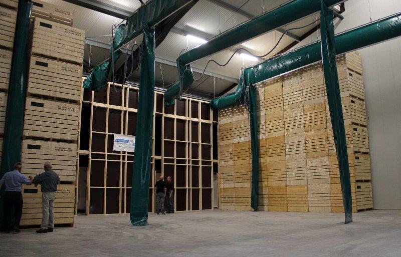 In de schuur zijn twee koelcellen gebouwd met elk ruimte voor ongeveer 750 kuubskisten.