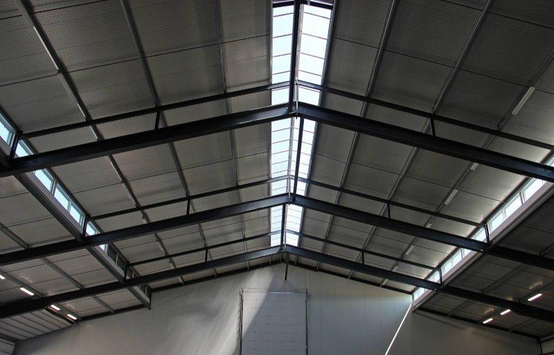 De verhoogde nok zorgt voor extra lichtinval. In de koelcellen is zo ruimte gemaakt voor ventilatieluiken.