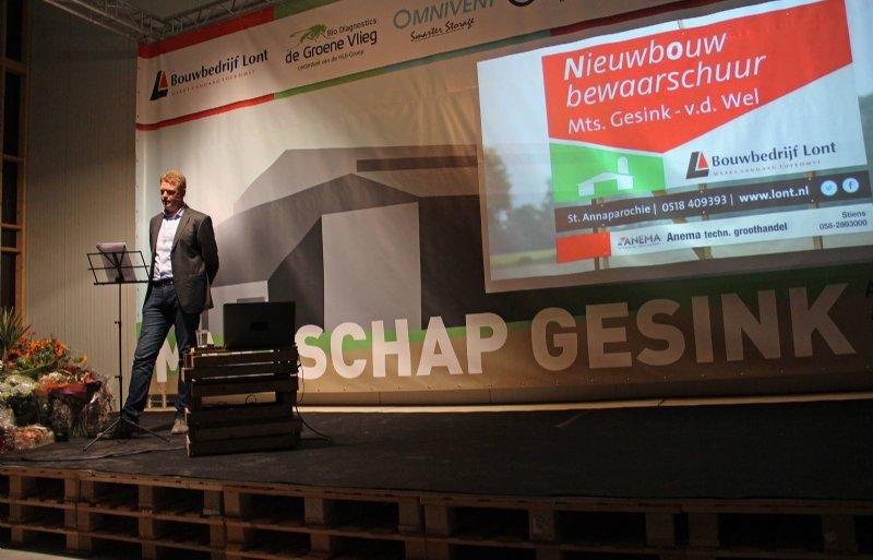 Tijdens de open dag is in een van de koelcellen een minisymposium gehouden. Op de foto Auke Bangma van Bouwbedrijf Lont.