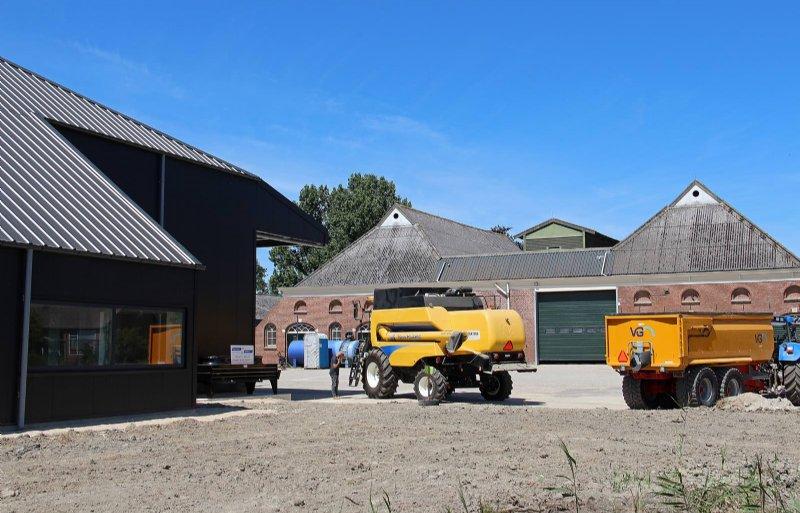 Het dak van de uitbouw aan de voorkant van de nieuwbouw heeft dezelfde dakhelling als de oude Groningse schuren.