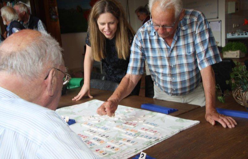 Carola Schouten speelt rummicub met cliënten van zorgboerderij 't Paradijs in Barneveld.