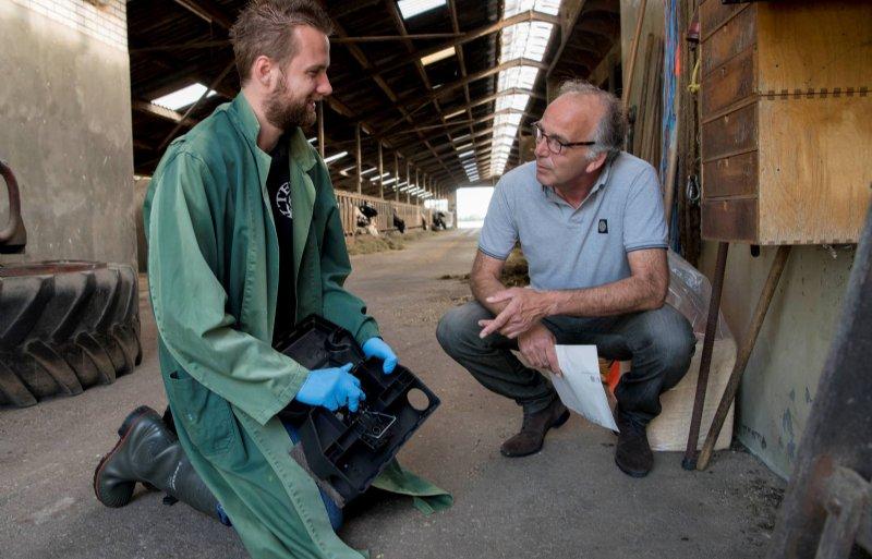 Dirk ten Dijk (rechts) bespreekt met een medewerker de gerichte aanpak van ongedierte op een melkveehouderij.