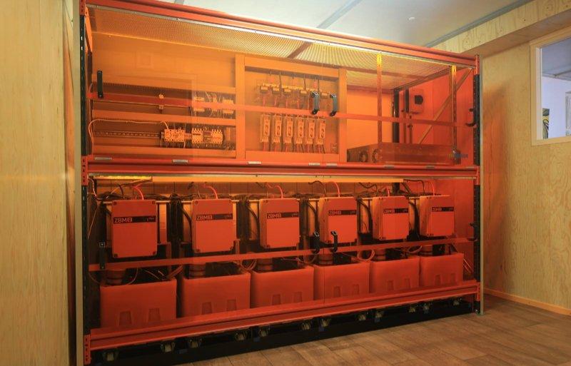 Opstelling met batterijen en regelunit in de schuur van 't Spieker.