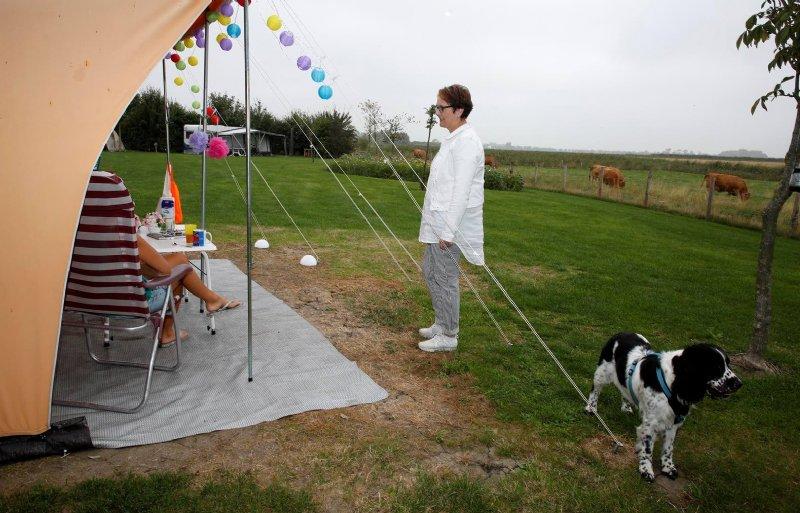 Tosca Smidt van Boerderijcamping De Knokkert in Cadzand praat met gasten.