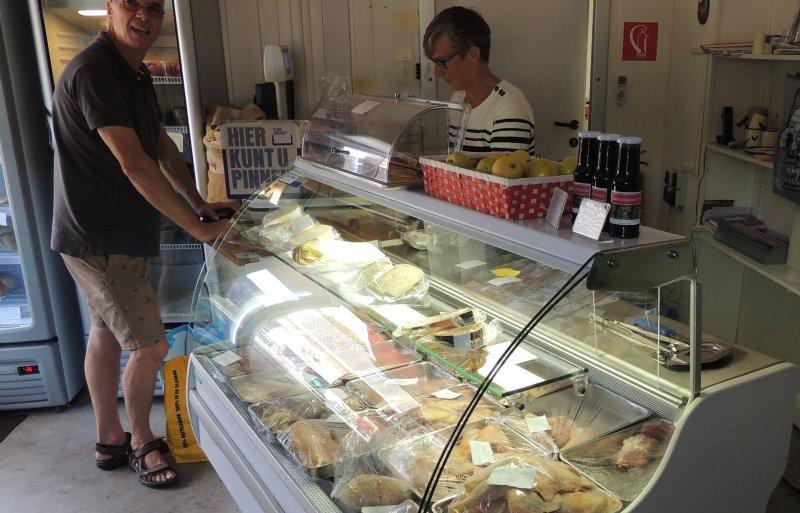 Een groot deel van de afzet van het pluimveebedrijf van Geert van der Kaa uit Hoeven gaat via de eigen winkel.