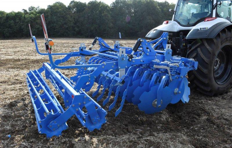 Doordat de twee rijen schijven van de Rubin 10 in twee helften zijn opgedeeld, blijft de cultivator recht achter de trekker lopen.