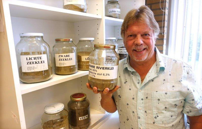 Op de foto docent Martin Duijkers bij de kast met verschillende grondsoorten.