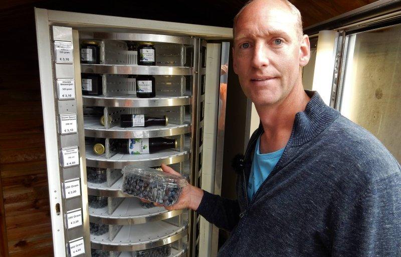 Roelof IJken van Coöperatie Blauwe Bes Drenthe bij zijn automaat in Wachtum