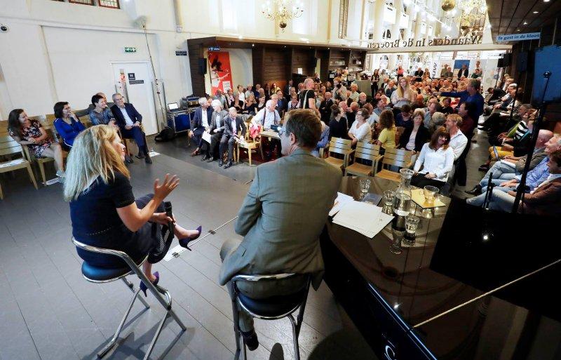 Het debat vond plaats in Waanders in de Broeren, een tot boekhandel en brasserie omgebouwde kerk.