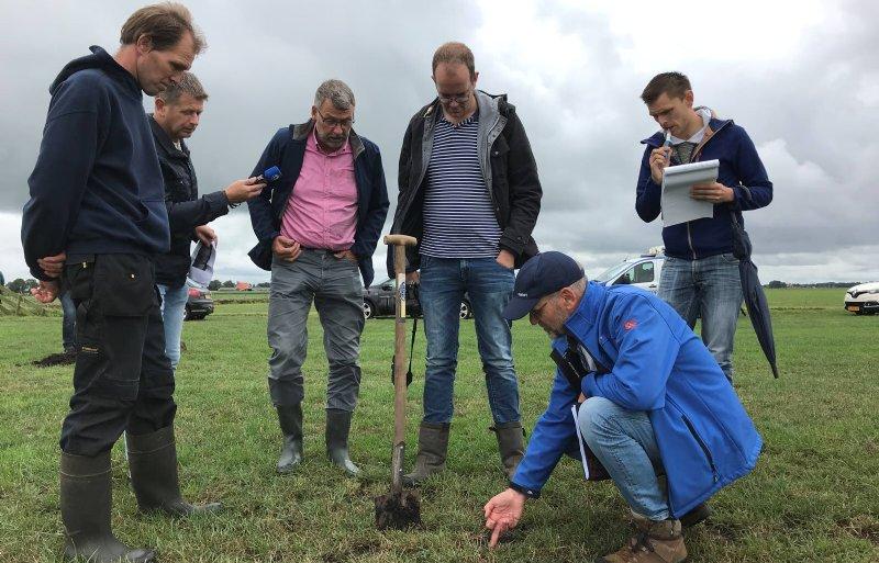 Niek Bosma van Wetterskip Fryslân laat de muizenholen zien.