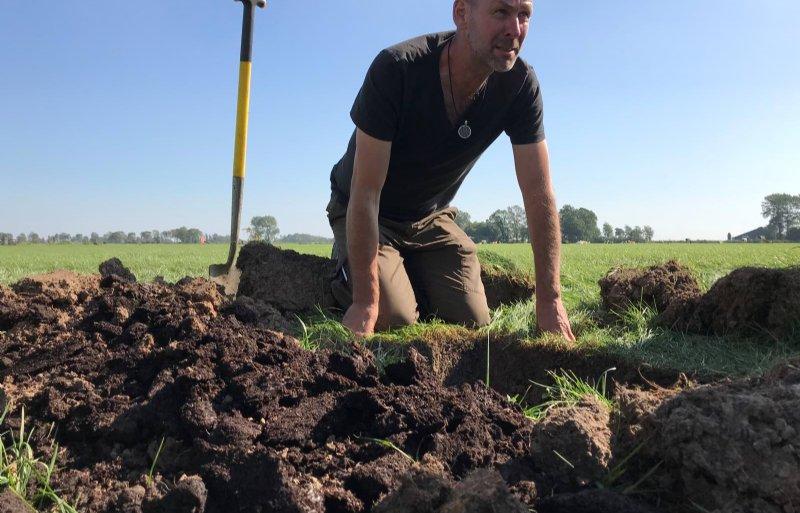 Rene Jochems van Groeibelans adviseert boeren bij de pilot over bodemvruchtaarheid.