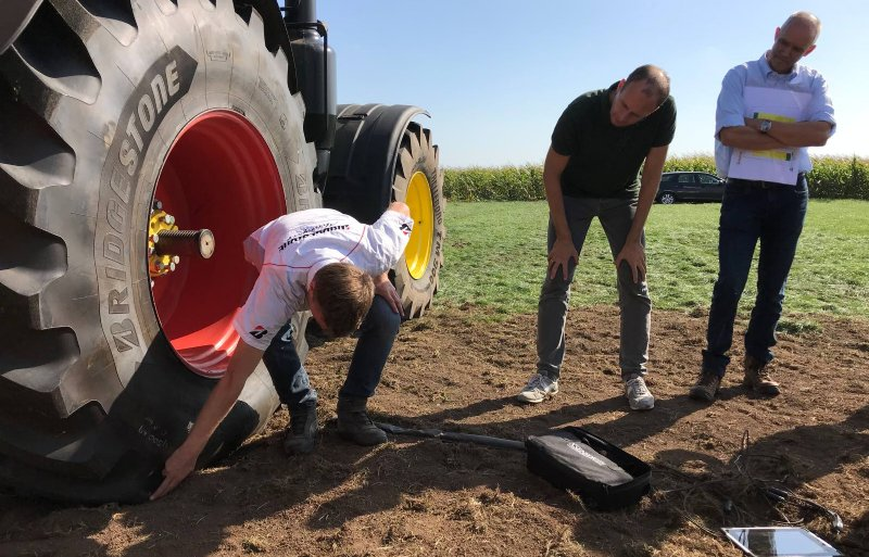 Tonnis van der Veen van Bridgetone Agriculture maakt door middel van een drukplaat inzichtelijk welke gevolgen bandenspinng, gewicht en contactoppervalk heeft voor de bodem.