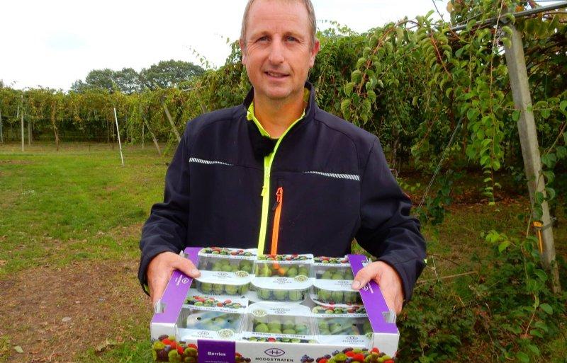 Bernard Breman met zijn verpakte kiwibessen