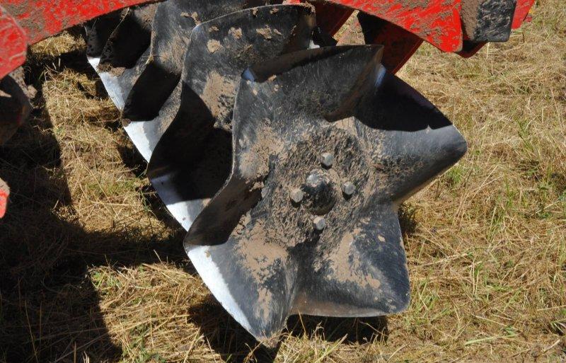 De hoekige CrossCutter Disc snijdt de grond over een breedte van 11 centimeter los.