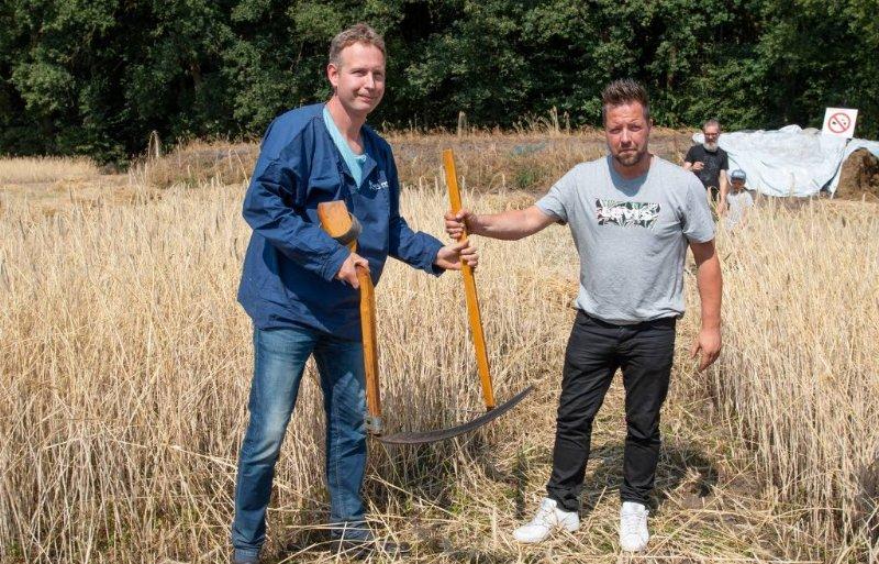Geertjan Kloosterboer, Sallandse Boer 2017, draagt zijn taak symbolisch over aan Stephan Rientjes.
