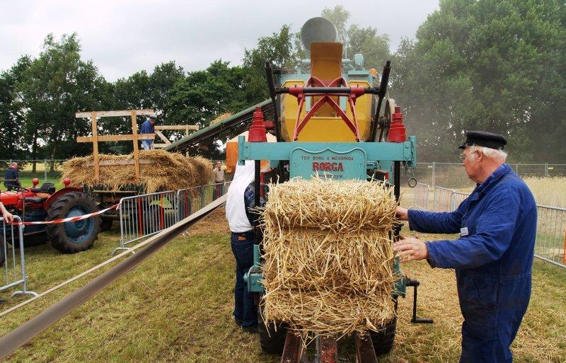 Een oude oogstmachine aan het werk.