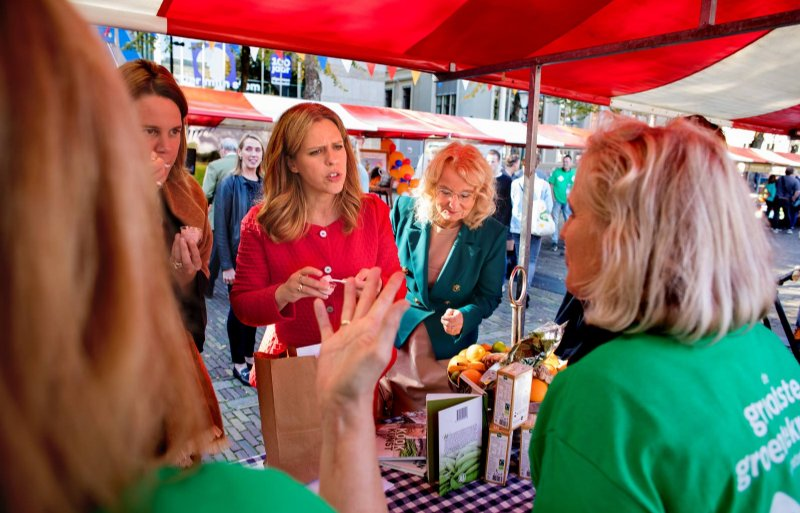 Marit van Egmond (AH), landbouwminister Carola Schouten en DAFW-voorzitter Elies Lemkes-Straver maken een rondje over de groentemarkt.