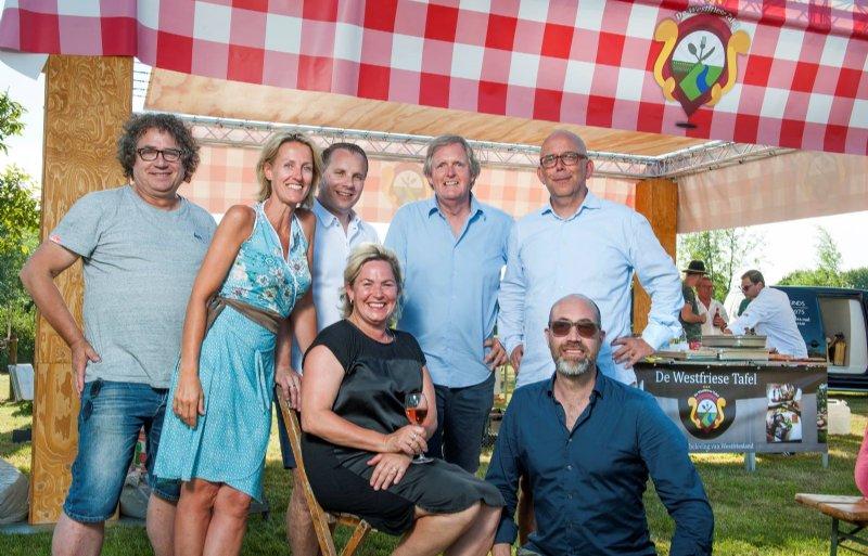 Mirjam Bus (tweede van links) samen met de overige bestuurders en initiatiefnemers van de Westfriese Tafel.