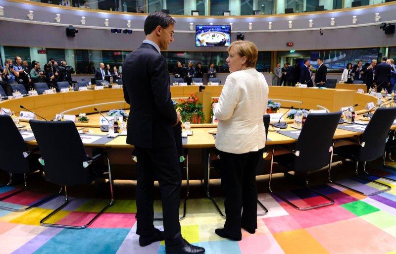 Premier Mark Rutte heeft voor aanvang van de EU-top een onderonsje met de Duitse Bondskanselier Angela Merkel.