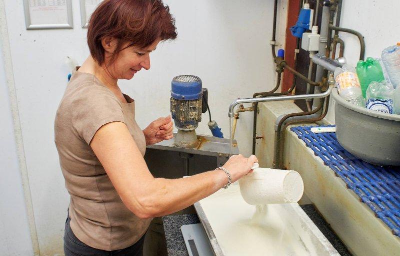 Melkpoeder wordt volgens protocol afgewogen.