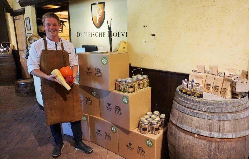 Ivo Kanters met verse groente uit de IBN-moestuin.