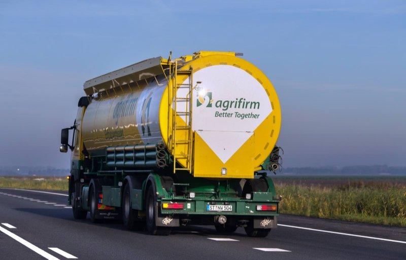 ALMERE - Een bulkwagen van Agrifirm met Duits kenteken op de snelweg nabij Almere, Flevoland. Agrifirm is een groot coöperatief toeleveringsbedrijf voor de agrarische sector. Agrifirm is actief in 16 Europese landen, in Zuid-Amerika en in Azië. COPYRIGHT DIRK HOL