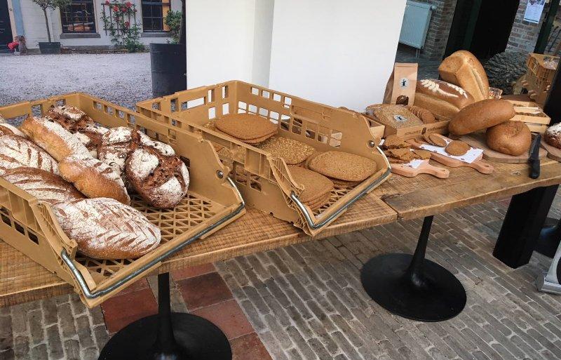 Het assortiment bestaat uit brood en koek.