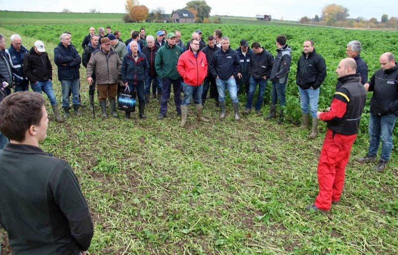 Marijn van den Akker van Väderstad geeft uitleg bij het inwerken van een groenbemester.