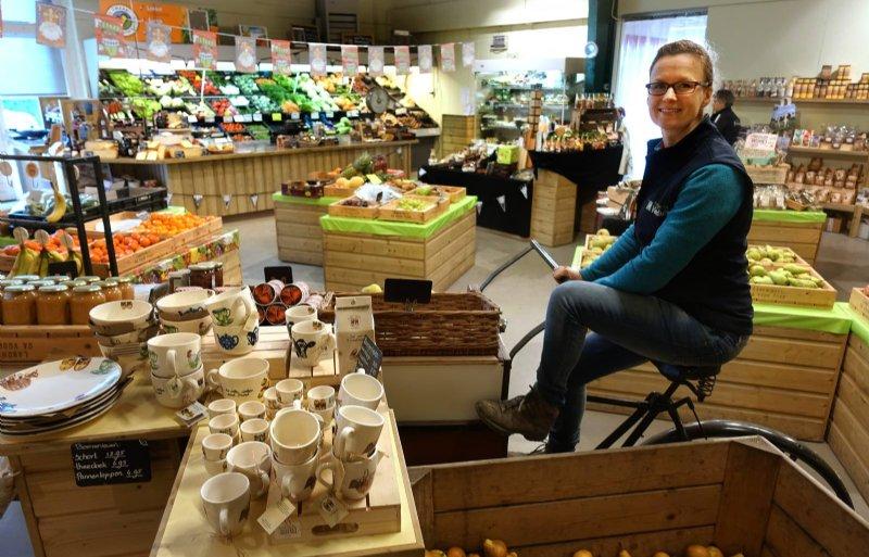 Linda Versluis-Swagemakers in haar boerderijwinkel in Emmeloord.