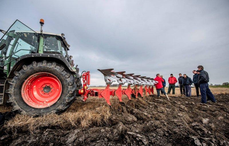 ©Foto Hoge Noorden / Jacob van Essen 26-11-2018  Demonstratie Ecoploegen Nieuwe Oogst Bram  op't Hof geeft uitleg bij de ploeg (met rode jas en bril)( Bram is van Koeckhoven.net Agricultural machinery)