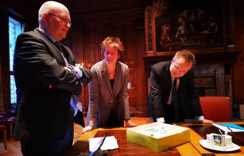 Commissaris van de Koning Rene Paas, Alma den Hertog en gedeputeerde Henk Staghouwer voor het overleg van Gedeputeerde Staten .