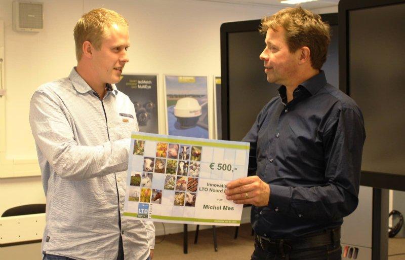 Uitreiking prijs beste Innovatie-idee door Wilfried Siemes van LTO Noord Fondsen aan Mitchel Mes