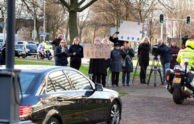 Bij het verlaten van het Catshuis in Den Haag stuit de auto met daarin de Britse premier Theresa May op tegenstanders van de brexit.