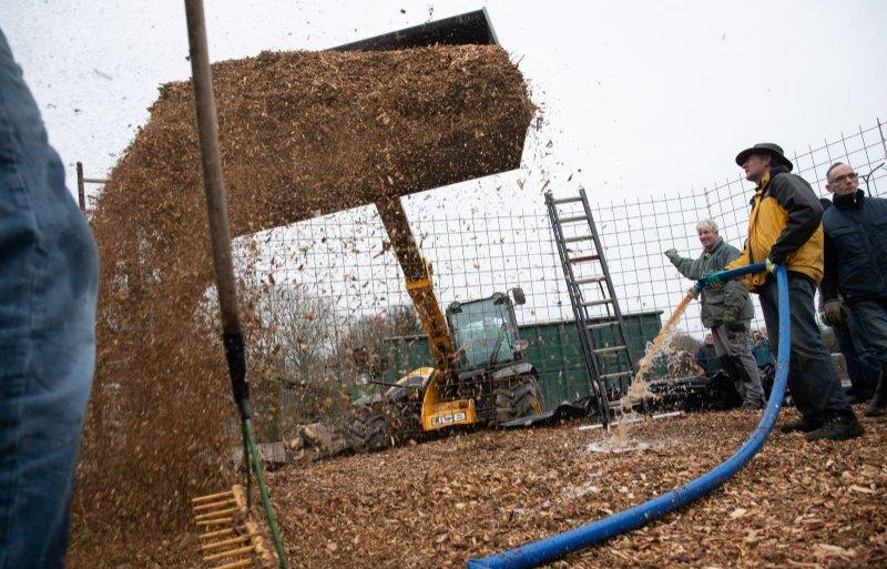 De biomeiler wordt gevuld met biomassa.
