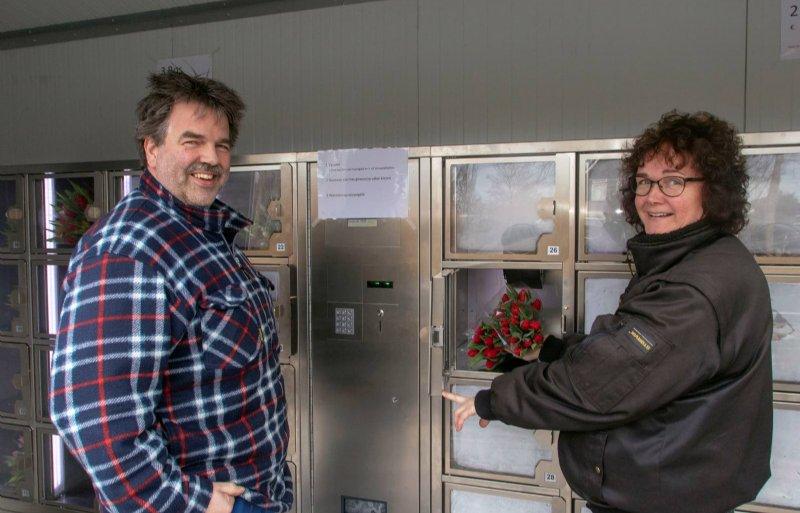 Jan en Yvonne Vos bij hun nieuwe tulpenautomaat.