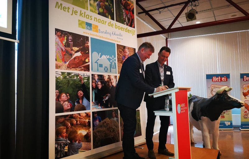Commercieel directeur Coöperatiezaken Hendrik Arends van Agrifirm (links) ondertekent de samenwerkingsovereenkomst met voorzitter Arjan Monteny van Platform Boerderij Educatie Nederland.