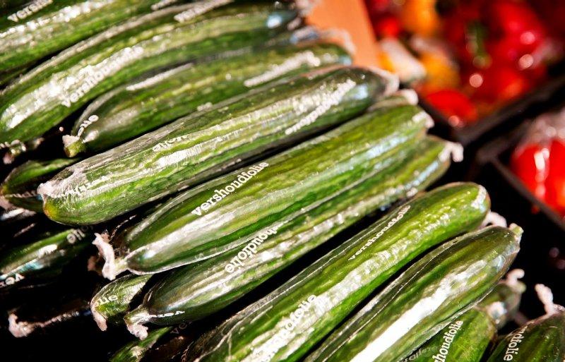 Komkommers reizen in de winter vaak de halve wereld over. Het plastic hoesje verlengt de houdbaarheid.