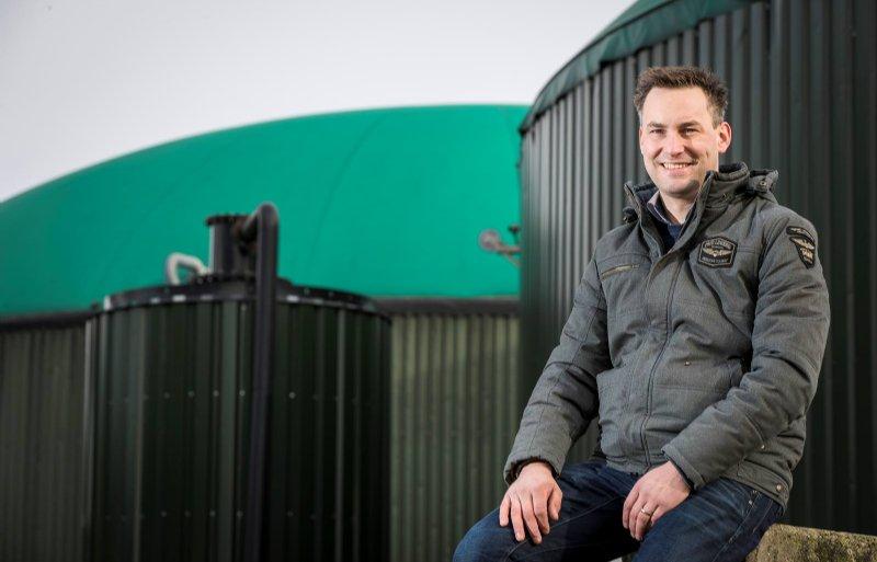John Horrevorts voor de vergister van zijn biogasinstallatie in Spreksel